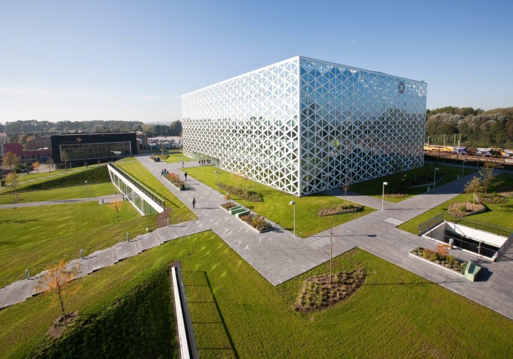 Copijn heeft het masterplan voor Windesheim opgesteld. Ontwerp van het daklandschap rondom Gebouw X, aantrekkelijke en flexibele ontmoetingsplek studenten.