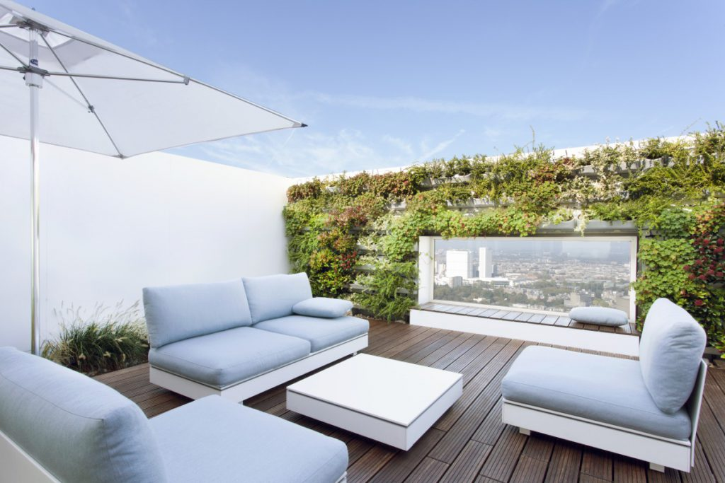 Copijn heeft twee daktuinen ontworpen en gerealiseerd. Op het hoofdterras hebben wij een groene wand rondom het raam gemonteerd.