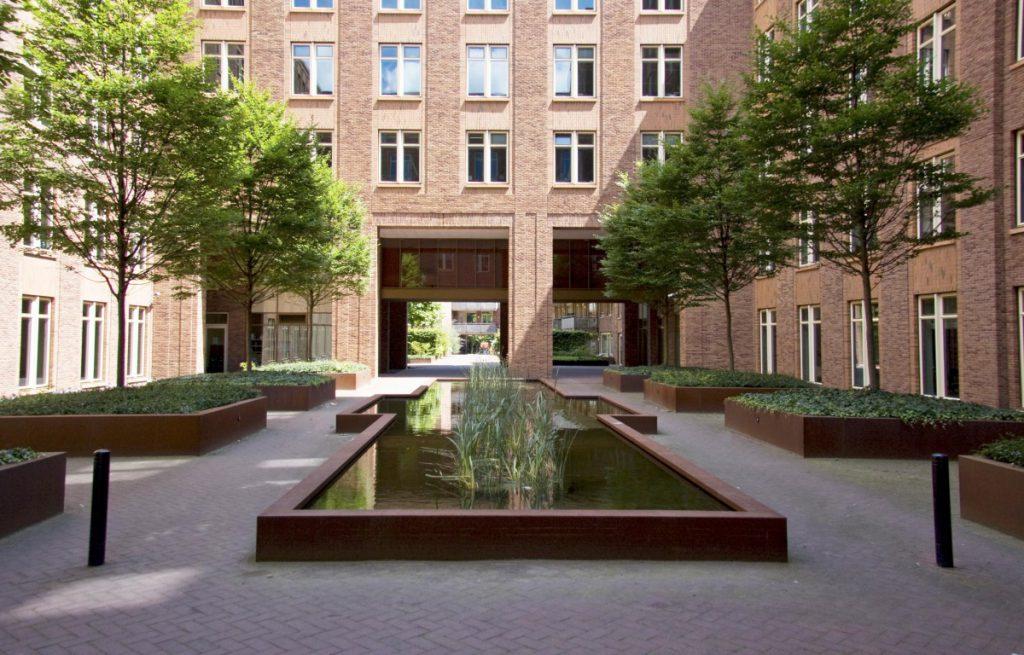 Copijn heeft op de daktuinen van Centre Court een gemeenschappelijke binnentuin ontworpen, zowel geschikt voor gebruikers van het kantoor als de omwonenden.