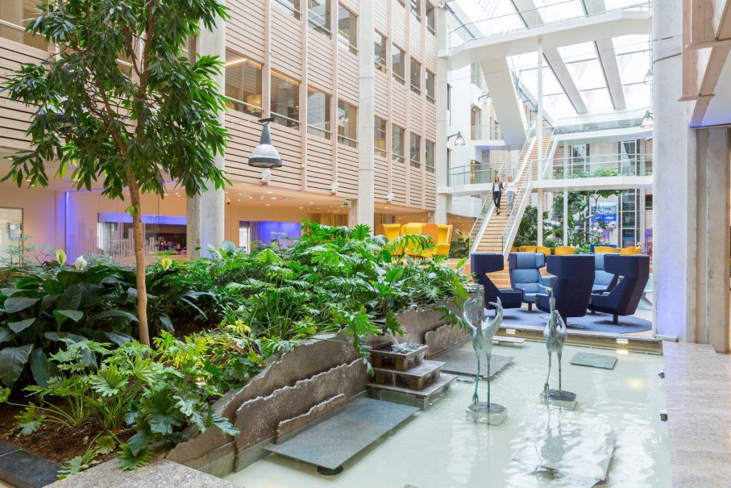 De binnentuin is langgerekt en heeft een functie als atrium; hierdoor konden hoge tropische bomen worden aangeplant.